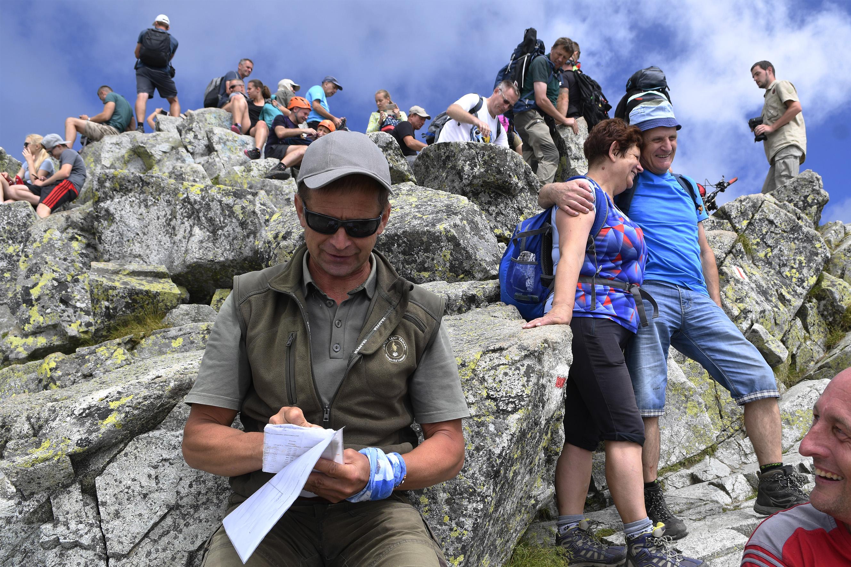 Lesník ŠL TANAPu Ľuboš Fabian počíta turistov na vrchole Rysov 7. 8. 2018