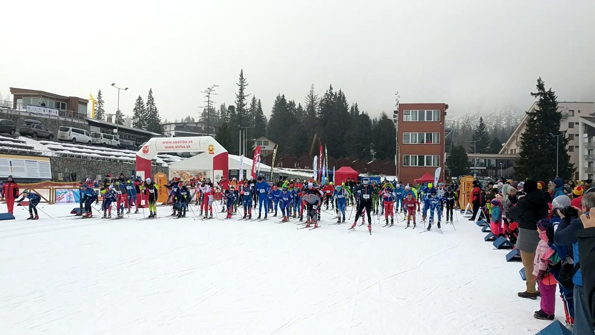 Lukáš Olejár a Mária Danielová sa zapíšu na putovné Štrbské bežky, ktoré im počas Svetového dňa snehu na Štrbskom Plese odovzdali speváci zo skupiny No Name