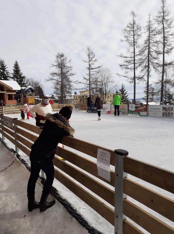 V centre Starého Smokovca vyrástla najvyššie položená umelá ľadová plocha na Slovensku